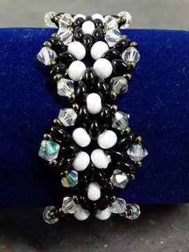 Se venden collares anillos y pulseras tejidas a mano