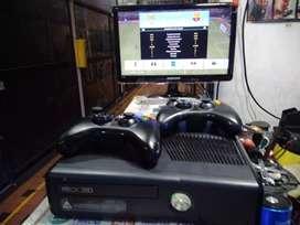 Xbox 360 2 controles Disco duro 250 con juegos, unidad leyendo.
