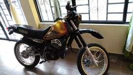 Se vende moto DT 125  .