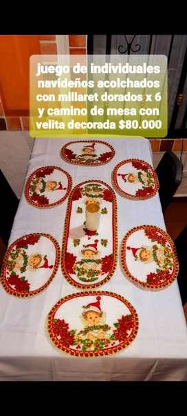 Juego de individuales navideños con camino de mesa y velita decorada