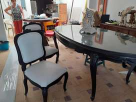 Vendo comedor clasico con 6 sillas y mesa ovalada con vidrio.