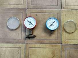 Manómetro refrigeración, uno de alta presión (rojo) y otro de baja presión (azul)