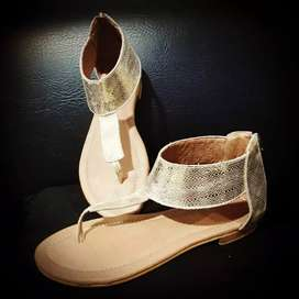 Sandalia elaboradas en cuero marca Tonche sport