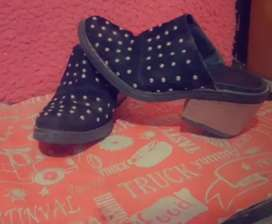 Hermoso zapato con tachas