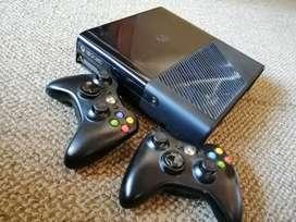 Vendo Xbox 360 E Slim + 2 controles + Juegos