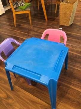 Mesa infantil + 2 sillas
