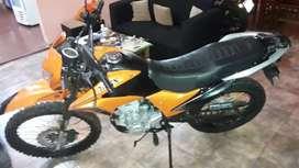 Vendo moto TRIAX 200 Gomas nueva Bateria  Nueva luces excelente estado papales al dia VTV cedula seguro listo