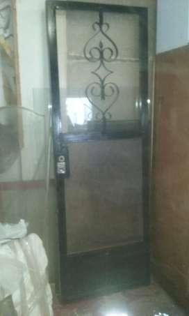 Puerta de hierro y puerta placa