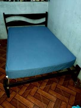 Cama de madera pino,color caoba oscuro, 9 tablas.
