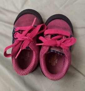 Se vende zapatos de niña.