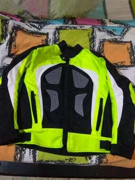 Chaqueta  con protecciones para motociclista.