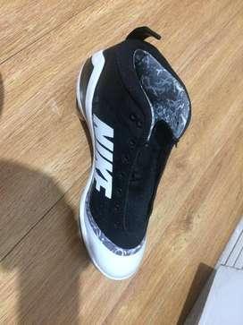 Dos pares de guayos Nike