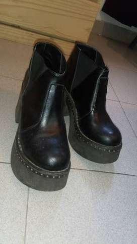 zapatos femeninos base alta tipo bota cuero usados