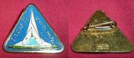 RARO PIN PRENDEDOR CIUDAD DE PUNTA ALTA . MONUMENTO A BELGRANO . RECUERDO TURISTICO 1970s