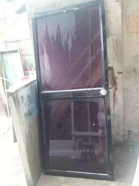 2 puertas de aluminio y vidrio.