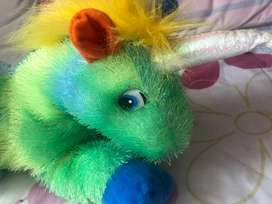 Se vende un adorable peluche de unicornio