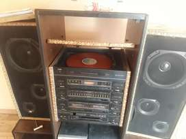 se vende un radio en buen estado todo funcionando vale la casetera  el dico duro y radio fm,