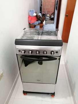 Se vende estufa mabe con horno.