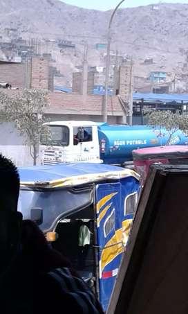 Camión cisterna pegaso trabajando con autorización sanitaria