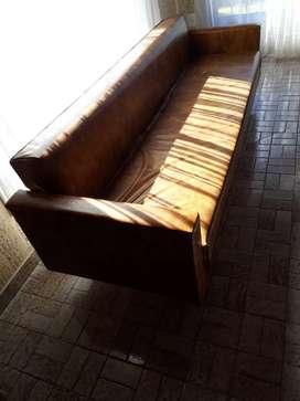 Sillón tipo diván con detalles para retapizar