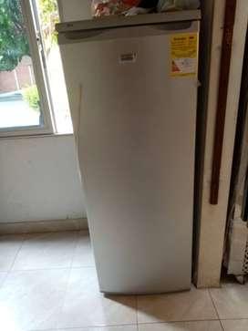 En venta congelador vertical MABE