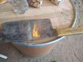 Cuchilla de acero mango de bronce antigua