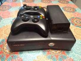 Xbox 360 4gb, chispeada, 2 controles y sin juegos