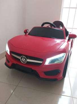 Vendo lindo carro para niños, con bateria recargable.