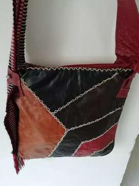 Bolso rojo decorado con triángulos