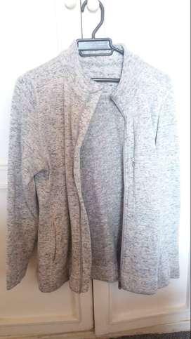 chaqueta deportiva color gris jaspeado para dama talla L