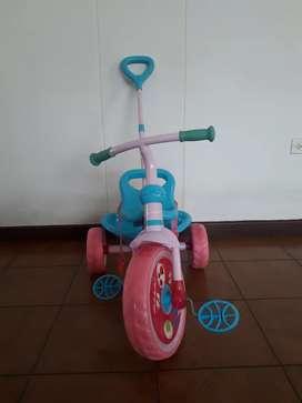 Vendo triciclo marca GW rosado de niña en excelente estado. Muy poco uso y  completo.