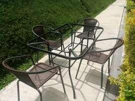 Mesa de exterior y sillas