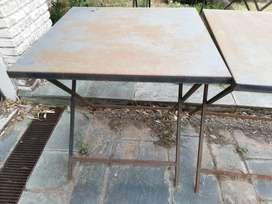 Mesas de hierro y tapa de chapa