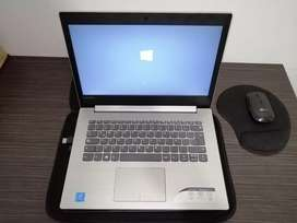 Computador portátil, Lenovo con accesorios.