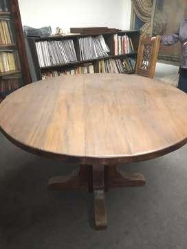 Mesa redonda en madera