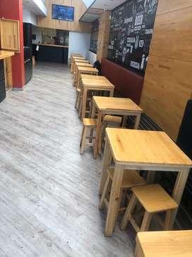 Mesas de madera y sillas