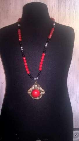 Collar bellísimo en color rojo, negro y plata con colgante en plateado con rojo!! , Muy buena calidad