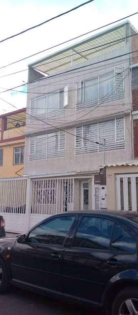 SE VENDE CASA de cuatro pisos Consta de 4 apartamentos primer piso con apto de 80 mts con 3 habitaciones 1 baño sala com
