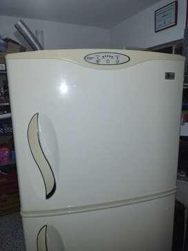 Nevera LG blanca 380 litros.