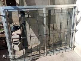 Ventana de aluminio color gris 1.5 x 1con reja