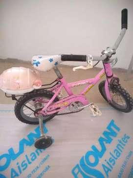 Vendo bicleta de nena rodado 12 como se ve en la foto nada de uso...cuatri sin bateria como se ve en  la foto impecable