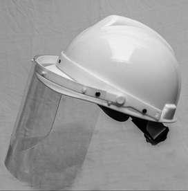 Protector facial con casco.