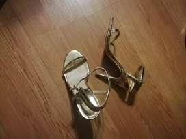 Vendo hermosas sandalias doradas forever 21