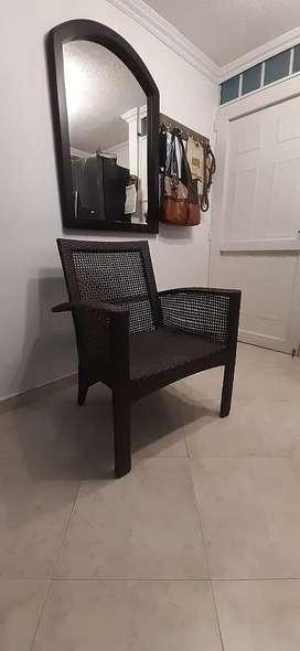 Vendo mesa y 2  sillas