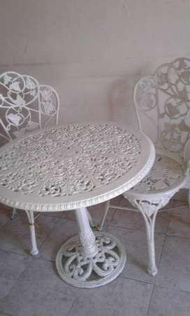 Hermoso juego de mesa para jardín