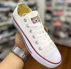 Converse blanco disponible.