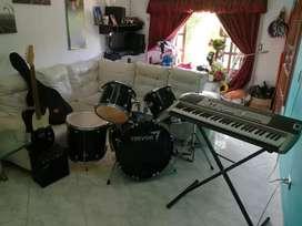 Vendo bateria piano y guitarra con su amplificador