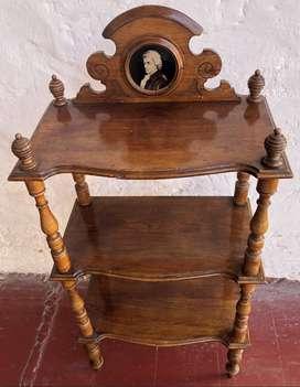 Antiguo mueble con medallón de Wolfgang Amadeus Mozart muy decorativo