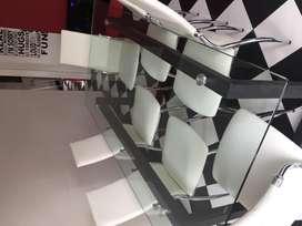Mesa de hierro negro y vidrio templado con 8 sillas de ecocuero y pata