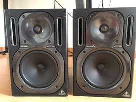 Monitores Behringer truth b2030a
